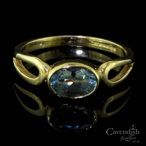 Beautiful 9ct Gold And Aquamarine Single Stone Ring