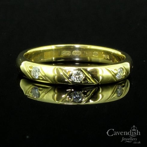 Lovely 18ct Gold And Diamond 3 Stone Band Ring